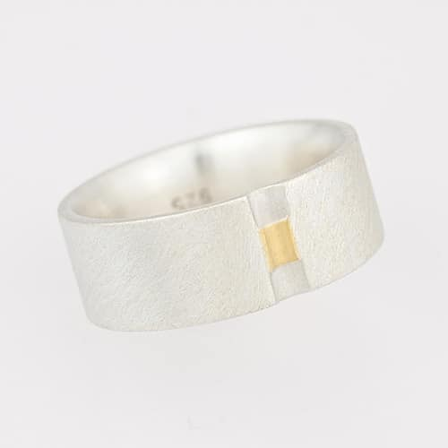 Ring with deepened fine gold strip