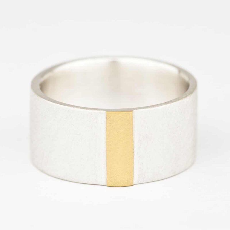Ring with fine gold strip