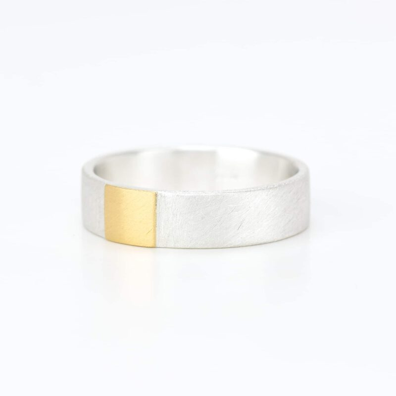 Ring with fine gold square