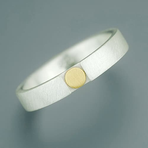 Ring with lowered fine gold point