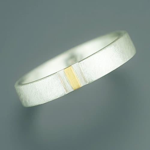 Ring mit tiefergelegtem Feingoldstrich