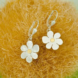 Flower earrings with fine gold point