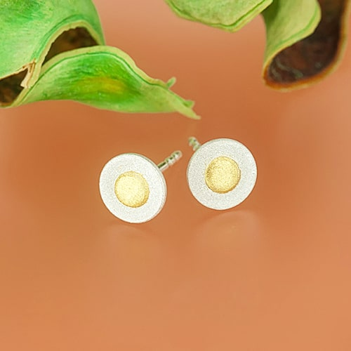 Circular stud earrings with fine gold points