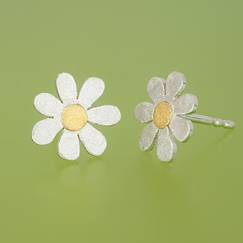 Flower stud with fine gold point side