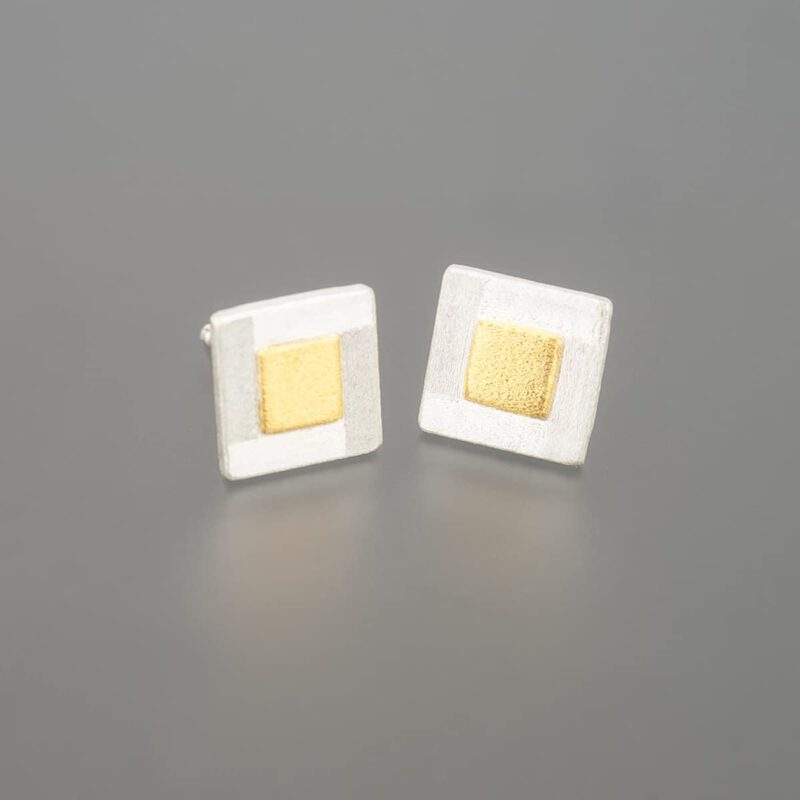 Stud earrings with fine gold squares