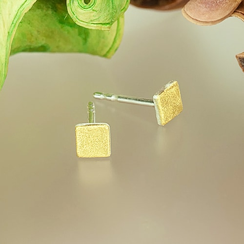 Stud earrings with fine gold square